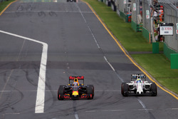 Daniel Ricciardo, Red Bull Racing RB12 und Felipe Massa, Williams FW38, im Kampf um die Positionen