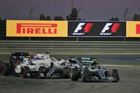 Yarış başlangıcı: Nico Rosberg, Mercedes AMG F1 Team W07, Valtteri Bottas, Williams FW38 and Lewis Hamilton, Mercedes AMG F1 Team W07