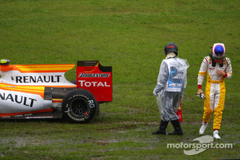 Romain Grosjean, Renault F1 Team spun out on the wet