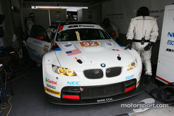 #92 BMW Rahal Letterman Racing Team BMW E92 M3: Tom Milner, Dirk Muller in the pit box with starter motor problem