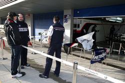 Robert Kubica, talk with BMW Sauber F1 Team members