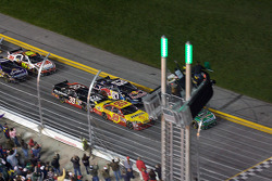 Start: Kevin Harvick, Richard Childress Racing Chevrolet and Carl Edwards, Roush Fenway Racing Ford battle for the lead