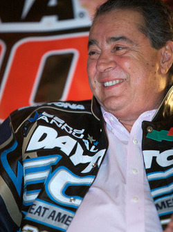 Champion's breakfast: Felix Sabates talks with fans