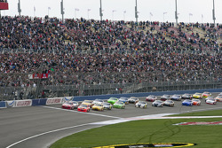 Start: Jamie McMurray, Earnhardt Ganassi Racing Chevrolet and Juan Pablo Montoya, Earnhardt Ganassi Racing Chevrolet lead the field