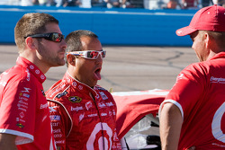 Juan Pablo Montoya, Earnhardt Ganassi Racing Chevrolet jokes with his crew