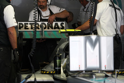 A change of rear wing for Nico Rosberg, Mercedes GP