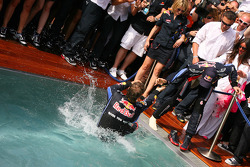 Second place Sebastian Vettel, Red Bull Racing tries to push Mark Webber, Red Bull Racing intot he pool