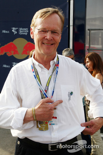 Ari Vatanen pointing to a Michelin logo on his shirt