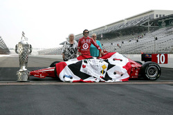 2010 Indianapolis 500 Champion Dario Franchitti, Target Chip Ganassi Racing receives the winner's quilt
