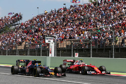 Carlos Sainz Jr., Scuderia Toro Rosso STR11 and Kimi Raikkonen, Ferrari SF16-H battle for position