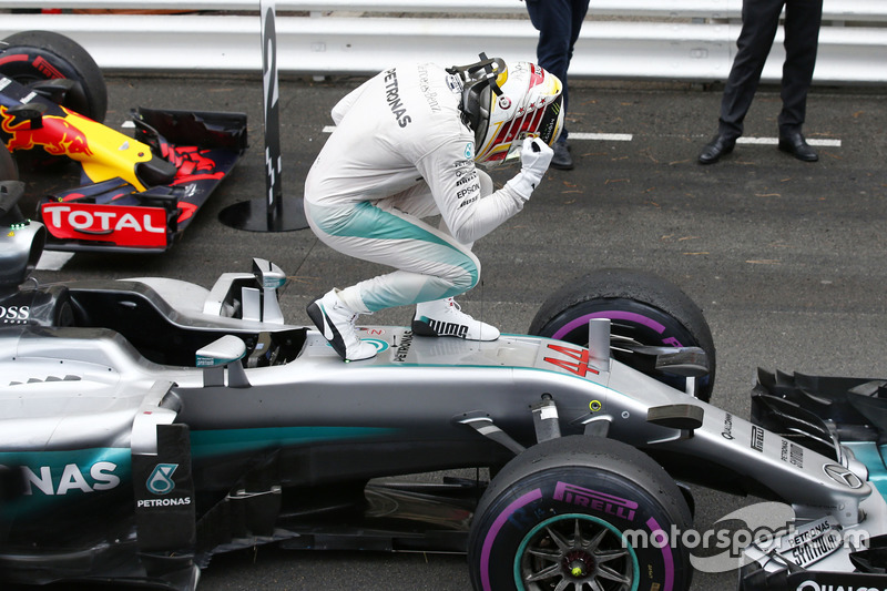 Переможець Льюіс Хемілтон, Mercedes AMG F1 святкує у закритому парку