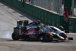 Daniil Kvyat, Scuderia Toro Rosso STR11 and Nico Hulkenberg, Sahara Force India F1 VJM09 battle for position