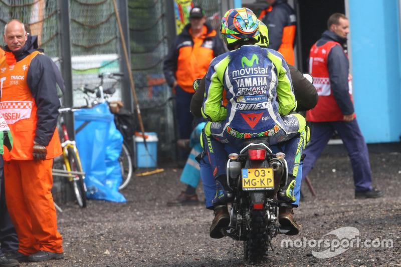 Валентино Россі, Yamaha Factory Racing, позаду на скутері після аварії