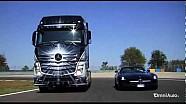 Mercedes SLS AMG vs Mercedes Actros: la prova all'Autodromo di Modena