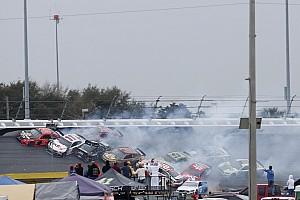 Відео: завал у першій гонці сезону NASCAR