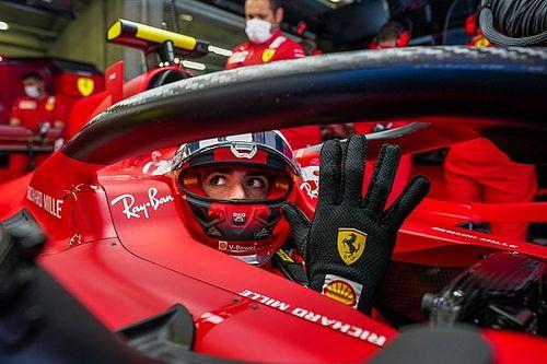 La vida de Sainz en Ferrari: firma en pijama, los tifosi y su gran chance