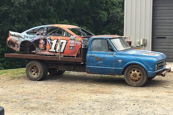Danica Patrick'ın kazalı aracı Dale Jr.'ın otomobil mezarlığında kendine yer buldu