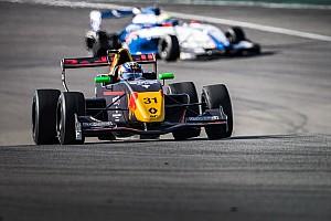 """Formule Renault Nieuws Verhagen scoort eerste trofee in Formule Renault 2.0: """"Dit had ik niet verwacht"""""""