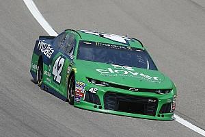 NASCAR Sprint Cup Crónica de Carrera Kyle Larson logra su primer triunfo parcial de 2018 en Kansas