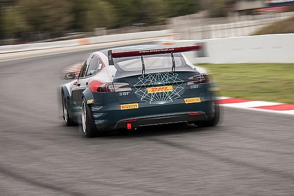 Video, oltre 520 km sulle... Pirelli per le Tesla da corsa!