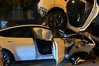 Hátulról belement egy Tesla Model Y egy másik autóba, a sofőr a robotpilótát okolja