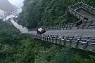 Automotive Video: Tung beklimt 999 treden hoge trap met Range Rover