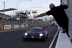 Bathurst 12 Jam: Manuver berani antar Porsche juara