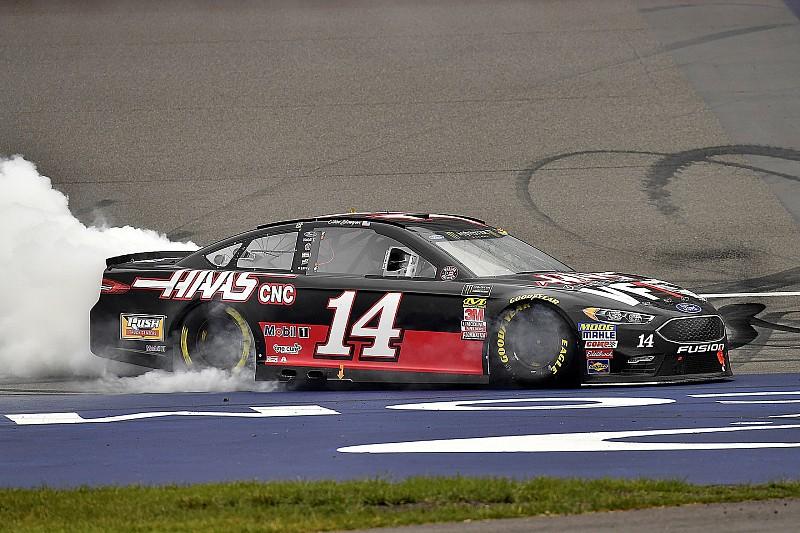 Clint Bowyer vince in Michigan prima della pioggia nella tripletta Stewart-Haas