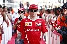 VIDEO: Raikkonen le regaló a Vettel una estatua por su cumpleaños