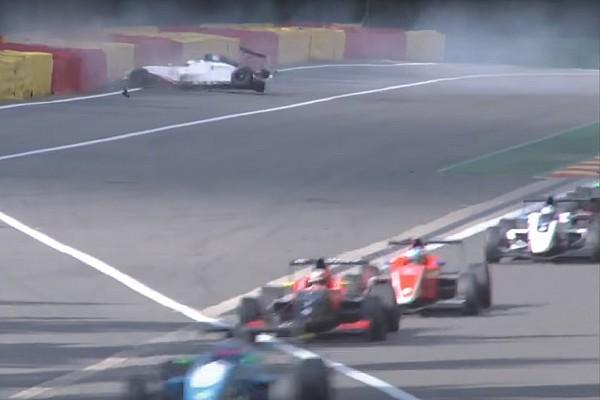 """Formule Renault Crashvideo: """"Met z'n tweeën door Eau Rouge gaat niet"""""""