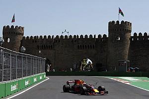 Verstappen ook bovenaan in tweede training Baku, eindigt sessie in de muur