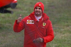 """Sainz celebra primeiro dia a bordo da Ferrari: """"Um dia que nunca esquecerei"""""""