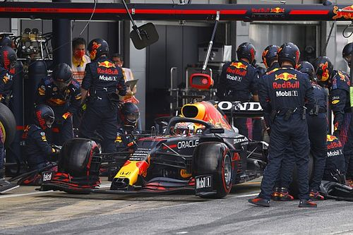 "Red Bull: Verstappen ""called himself in"" which caused slow pitstop"