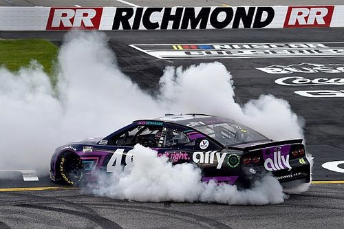 Alex Bowman avanza en el final para ganar en Richmond