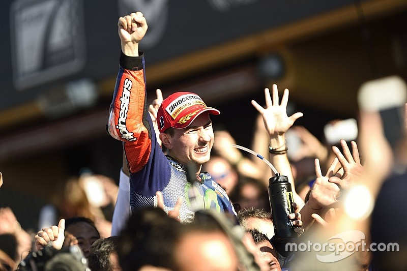 In beeld: Thriller van Valencia brengt beslissing in MotoGP-titelstrijd 2015