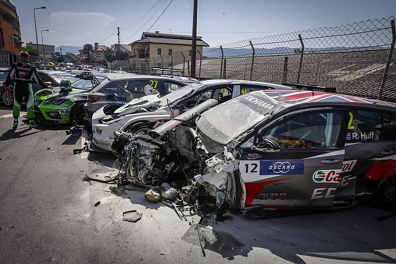 WTCR Vila Real: Muller wint met twee uur vertraagde race na startcrash