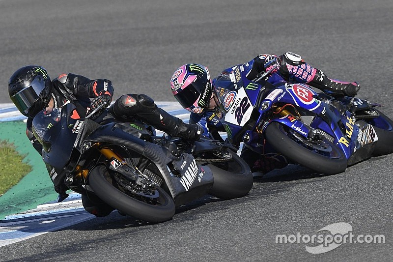 Fotogallery: Lewis Hamilton si diverte in sella alla Yamaha R1 a Jerez (prima di cadere)