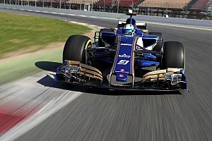 Látványos képeken a pályára gurult Sauber C36