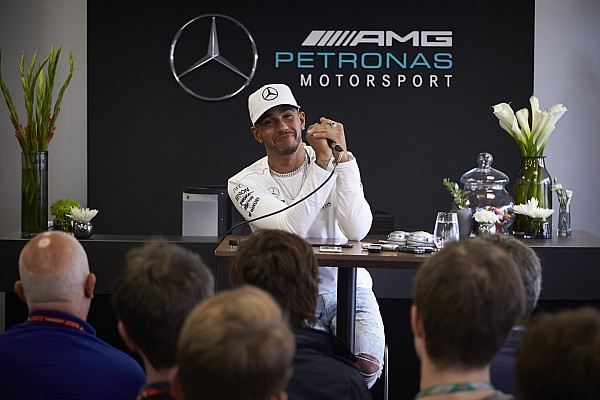Fórmula 1 Últimas notícias Em alta, Hamilton joga favoritismo para Ferrari