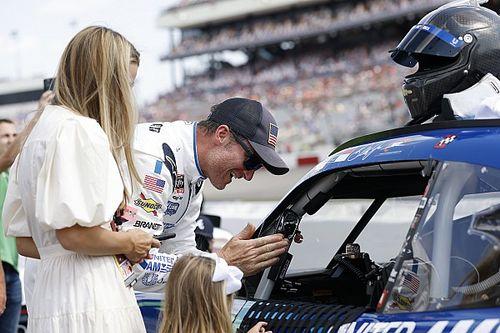 Dale Earnhardt Jr Akan Turun di NASCAR Seri Xfinity 2022