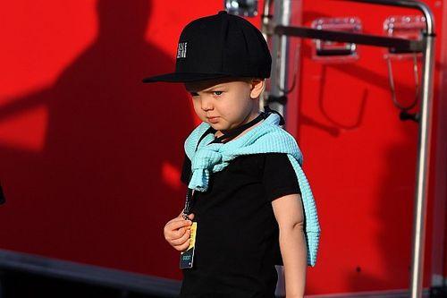 Filho de Raikkonen aparece vestindo as cores da Ferrari
