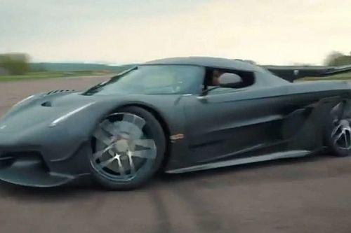 Videó: Hallgasd csak, ahogy két Koenigsegg Jesko egy reptéren sikítozik!