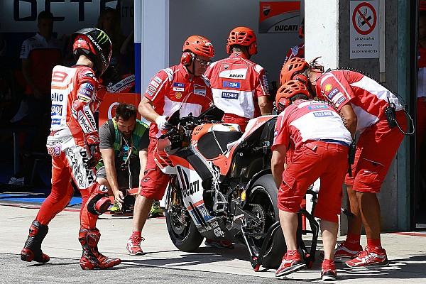 لورينزو يلقي باللوم على فريقه لتأخير إعداد درّاجته الثانية