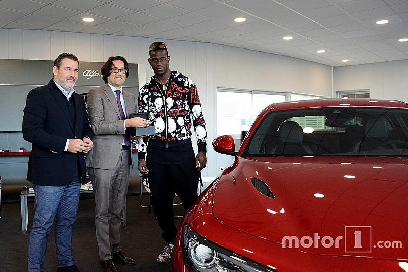 balotelli s 39 offre la nouvelle alfa romeo giulia quadrifoglio. Black Bedroom Furniture Sets. Home Design Ideas