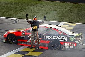 NASCAR Cup Gara Martin Truex inarrestabile: vince anche in Kansas davanti a Kurt Busch