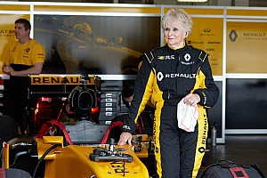 Formula 1 Özel Haber 79 yaşındaki Rosemary Smith, Renault F1 aracıyla test sürüşüne çıktı!