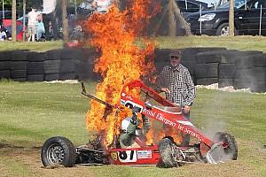 Formule Ford-coureur ontsnapt aan vuurzee dankzij toeschouwers