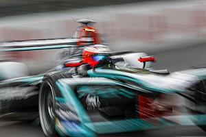 Формула Е придумала игру, где можно гоняться с пилотами во время этапа