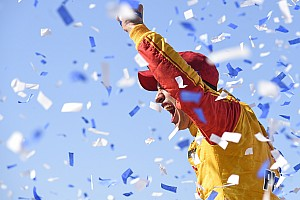 NASCAR Sprint Cup Crónica de Carrera Joey Logano supera a Kurt Busch y triunfa en Talladega