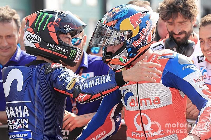 Взаимовыручка в MotoGP: посмотрите, как гонщик толкает заглохшего соперника до боксов